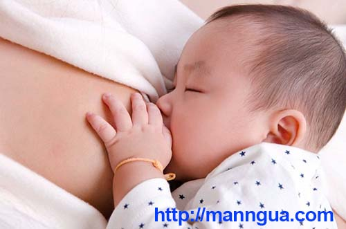 Sữa mẹ tăng sức đề kháng cho bé rất tốt trong những năm tháng đầu đời
