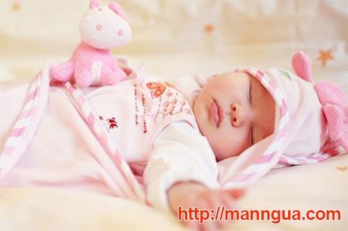 Nên mặc quần áo rộng rãi và mềm mại cho trẻ - Trẻ bị mẩn đỏ ngứa toàn thân