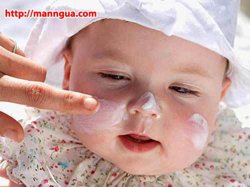 Trẻ sơ sinh lên mụn ở mặt cần cẩn thận với các loại kem bôi