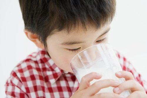 Cung cấp chất dinh dưỡng từ sữa là chìa khóa giúp trẻ khỏe mạnh mỗi khi chuyển mùa