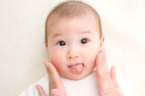Dưỡng ẩm giúp da mềm mại, ngăn ngừa nổi mẩn ngứa khắp người ở trẻ