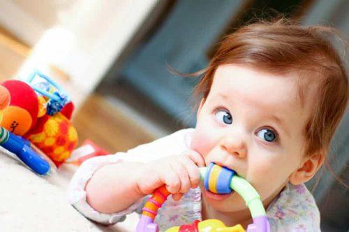 Không nên cho bé ngậm mút đồ chơi hay các thiết bị khác trong nhà